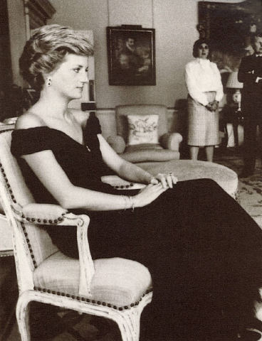 Diana sitting for a portrait in 1990 (via