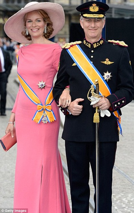 Princess Mathilde at the Danish investiture showing us how to wear a floor length gown with a hat (via Daily Mail)