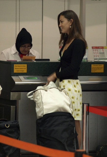 Kate at the airport (via Lazy Girls)