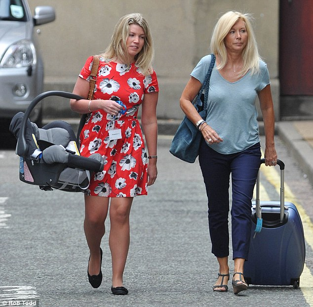 Amanda Cook Tucker & an aide arrive at the hospital (via Daily Mail)