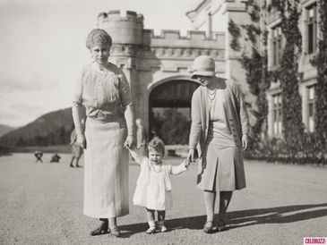 With her mum and Granny at Balmoral (via Entplulse)