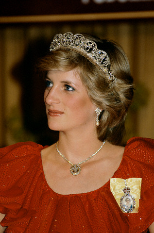 30 Mar 1983, Hobart, Tasmania, Australia --- Princess Diana wears Spencer family tiara, necklace, and family order of Queen Elizabeth pin. --- Image by © Tim Graham/CORBIS (SOURCE)