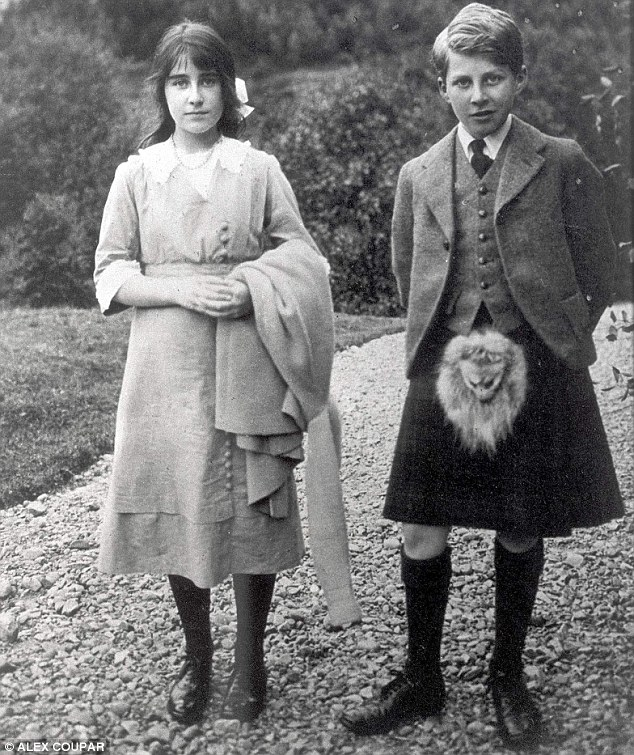 Lady Elizabeth Bowes-Lyon with her brother in 1915 (via Daily Mail)